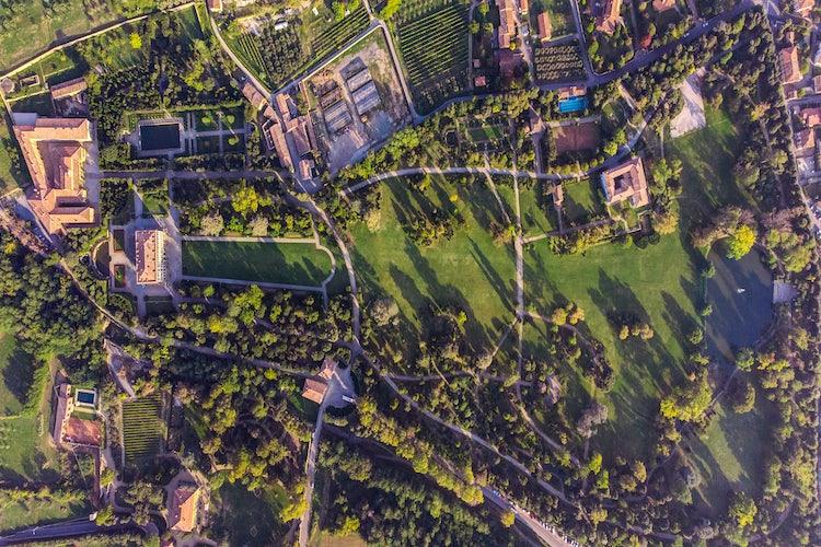 Veduta della villa e giardini dall'alto