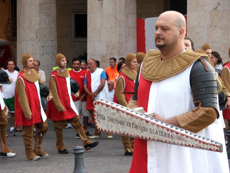 Corteo in costumi spagnoli tradizionali
