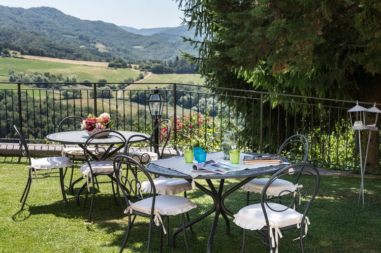 The relaxing green garden at Fattoria i Ricci