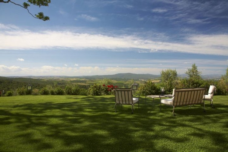 Typical Tuscany landscapes surround the pool area at the vacation rentals Il Cellese in Castellina in Chianti