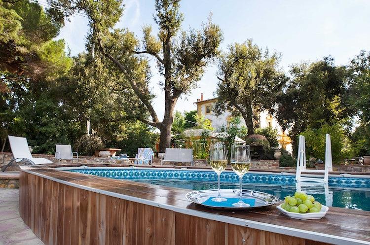 Villa il Palazzino: il romanticismo di un prosecco sorseggiato a bordo piscina