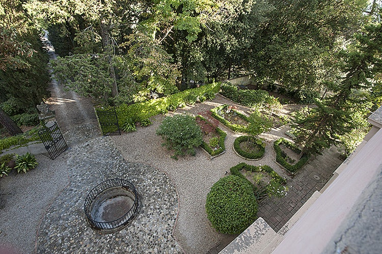 Vacation villa rental with stylized garden in Tuscany