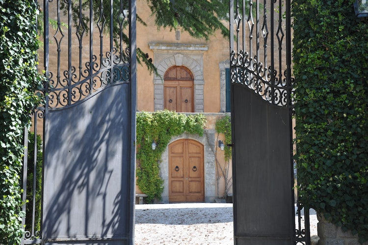 Front gate Villa Ulignano vacatin rental in Tuscany
