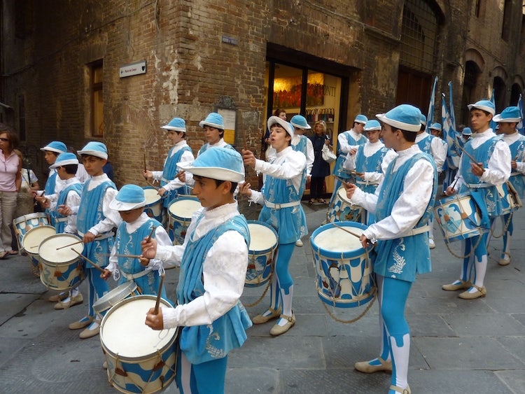 Enjoy the city lilfe in Siena and the colors of the Palio